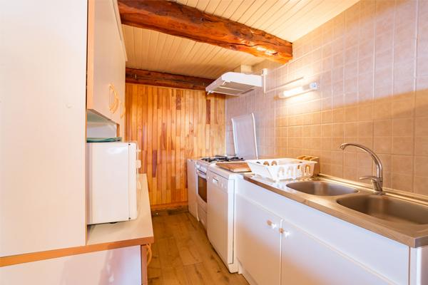Cuisine de l'appartement de l'Ubac à Ceillac, au chalet Lou Sarret