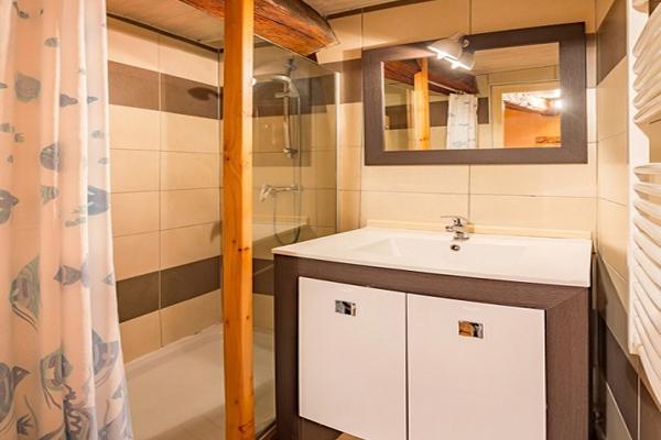 Salle-de-bain de l'appartement de l'Ubac à Ceillac, au chalet Lou Sarret
