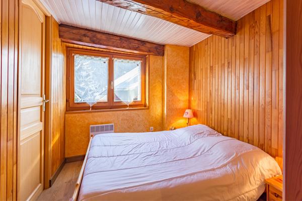 Chambre 2 personnes de l'appartement de l'Ubac à Ceillac, au chalet Lou Sarret