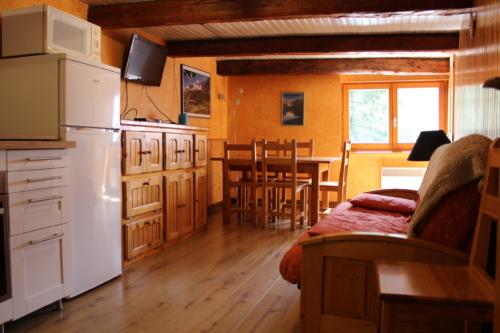 Salon en bois, canapé et parquet au sol